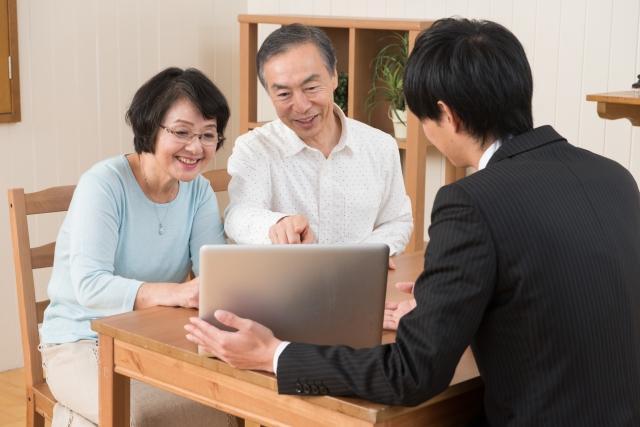 断り方3位:「保険のことは家族に任せてるので」という断り方