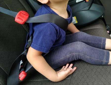 前に飛び出してもスマートキッズベルトがあればシートベルトがこどもの首に当たらない