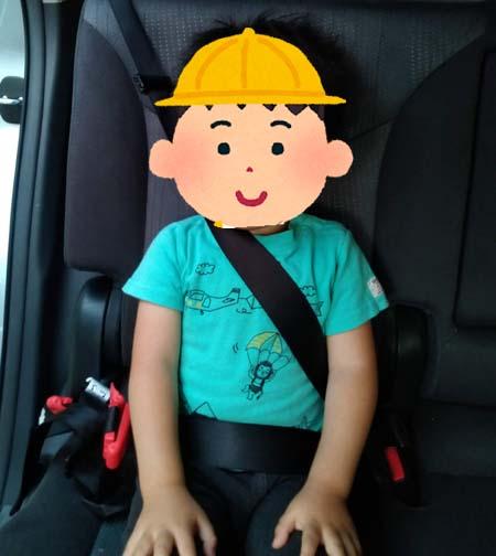 スマートキッズベルトをつけない状態だと、シートベルトがこどもの首に当たってしまい危ない状態。