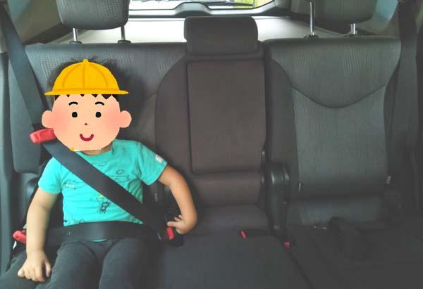 乗用車ならスマートキッズベルトをつければ3人余裕で座れるように